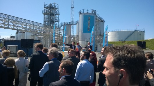 Energiminister Ibrahim Baylan tillsammans med St1 VD Jonas Sidenå trycker på starknappen till  bioetanolfabriken.