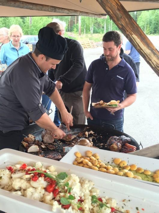 Pär Thyrén, inköpare i området, tar för sig av grillbuffé.